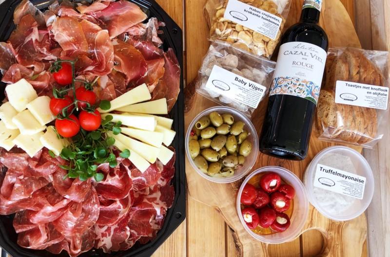 Antipasti wijn en knabbels voor de familie